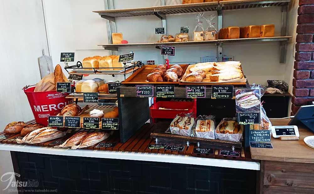 レジ前には食パン以外にも様々なパンが