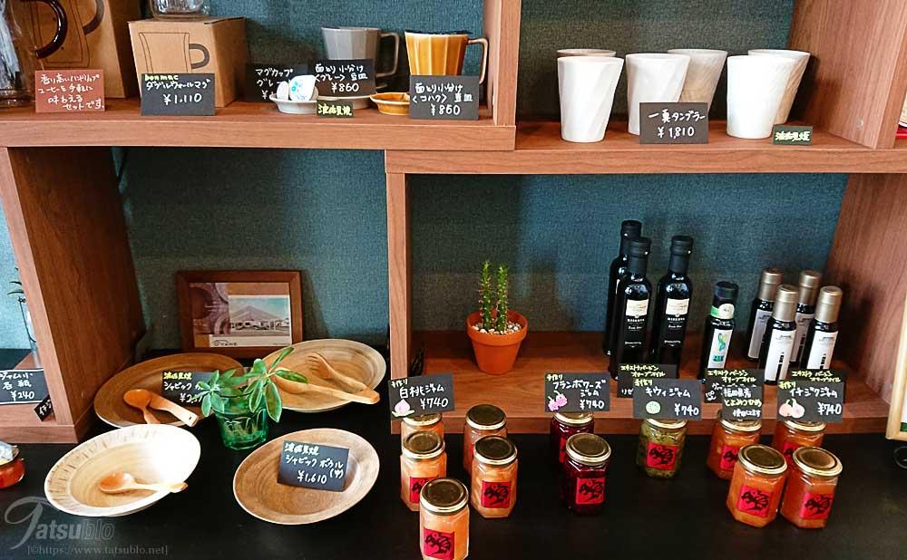 パン以外にもジャムやタンブラーなどの食器類も売っています。
