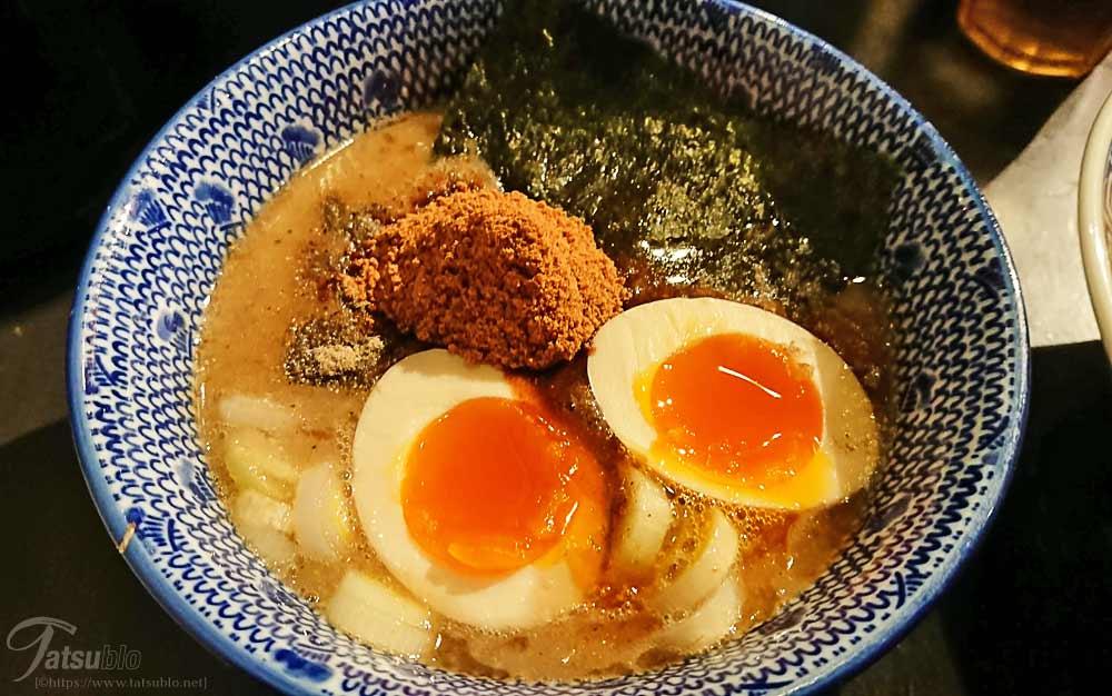つけ麺のスープの見た目も良く、煮卵や底に沈んじゃった大きいチャーシュー、海苔、魚粉も盛ってあっていいですね~