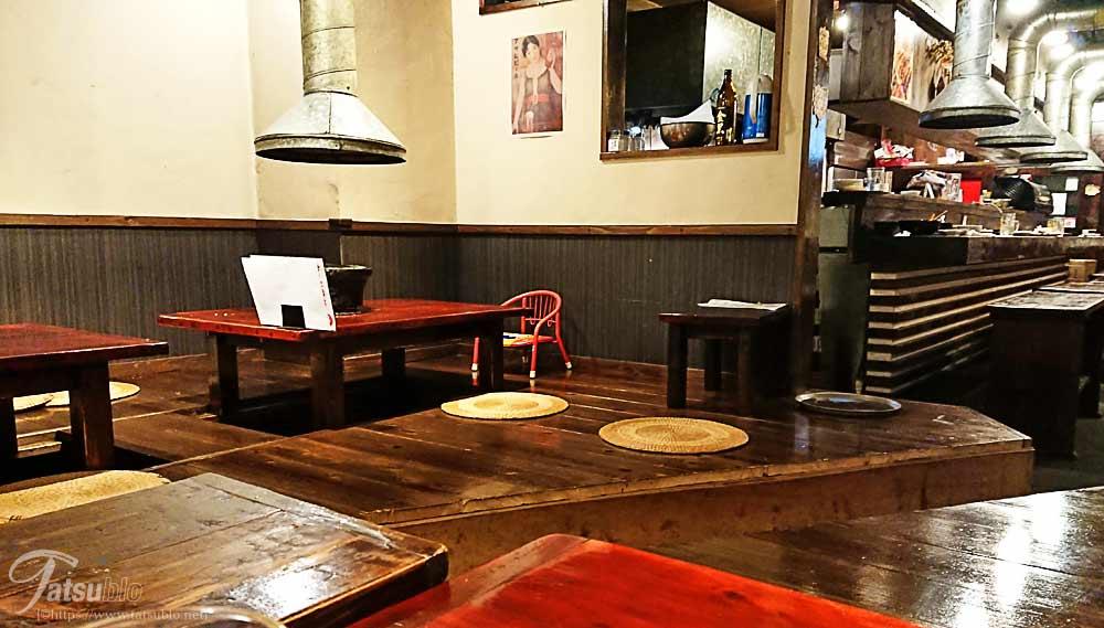店内はテーブルにカウンターや座敷もあり