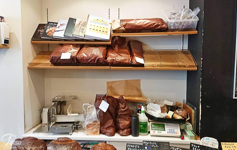 棚には予約されたパン