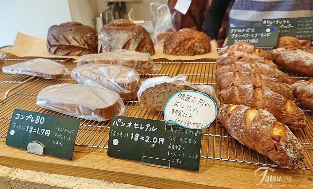 サンド系や甘いものなどいろいろなハード系のパンが並んでいます。