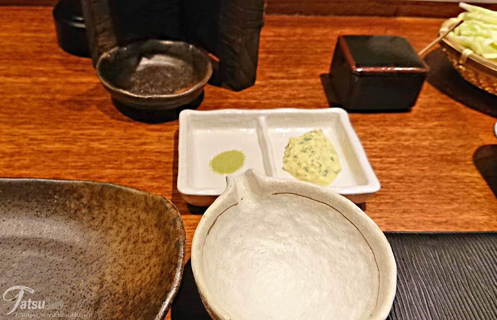 テーブル上にはソース受けとタルタルと抹茶塩