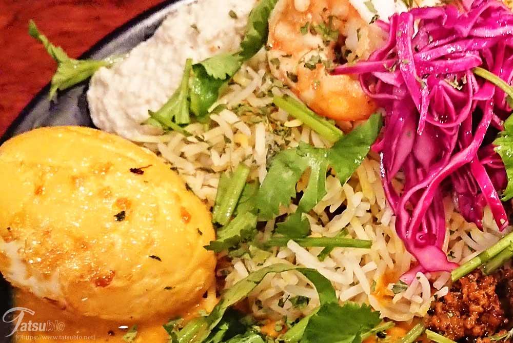 ライスは、バスマティというインドで食されている特徴ある形のお米を使ったスパイスとお肉の炊き込みご飯のビリヤニ。