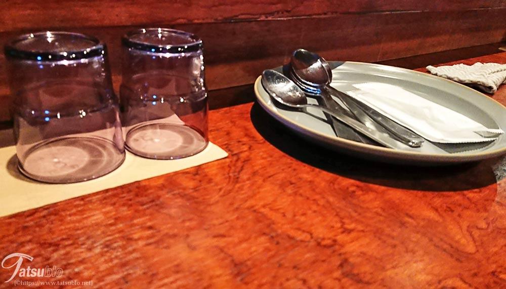 テーブルにはスプーンがこのように置かれていますが、余計なお世話ですがコロナ後の今はどうなっているのでしょうか。