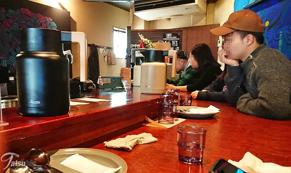 席は数名掛けのカウンターにテーブルが1席のみ、カレーのみのお店ではこのぐらいの席数がベスト