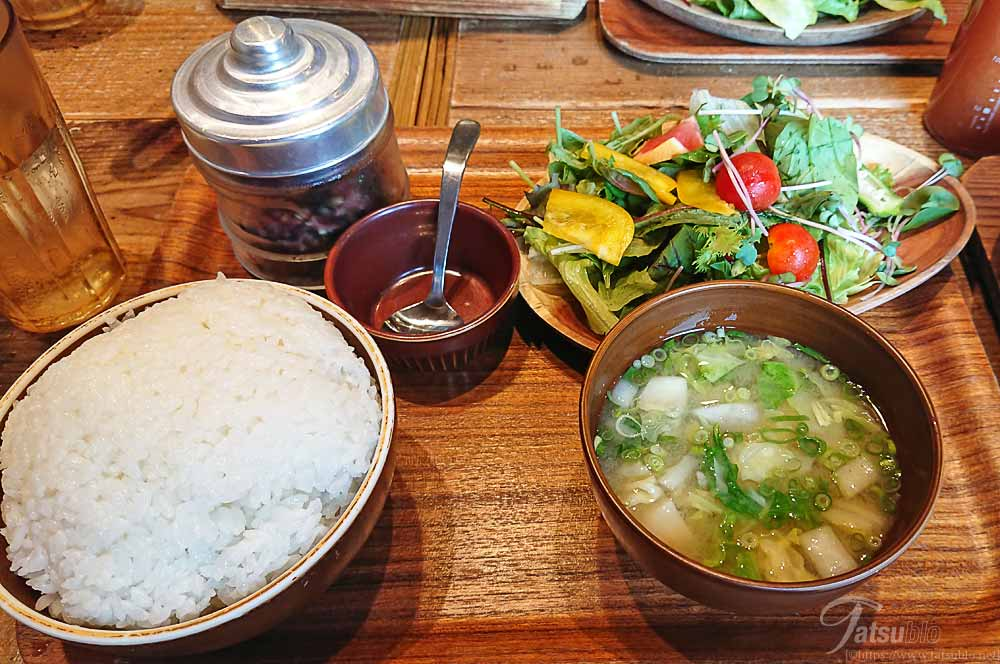 定食のご飯、サラダ、みそ汁等のサイド物。