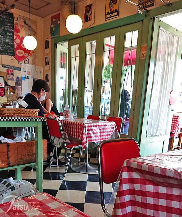 これが食堂と付いてる所以かと思わせる内装で席との席との間隔は狭いですが、テーブルには赤いチェックのテーブルクロスが掛けられてあり可愛らしさも演出。