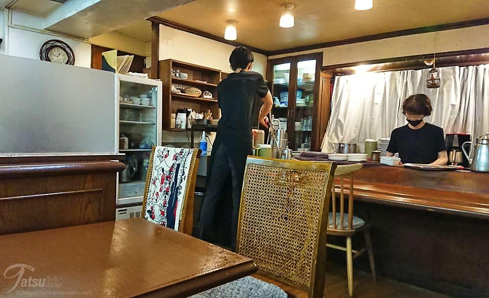 店内に入ると老舗感満載で喫茶店風の造り。