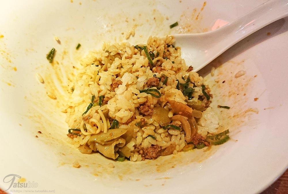 美味いと無くなるのも早いですが、最後に残ったタレにご飯とザーサイを入れて「ごはん割り」をして終了。