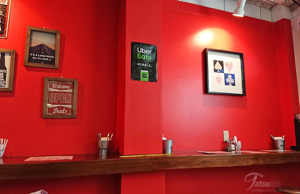 こちらの壁一面は真っ赤で、アメリカのポスター等も飾られていてアメリカンテイストの造りの店内になっています。