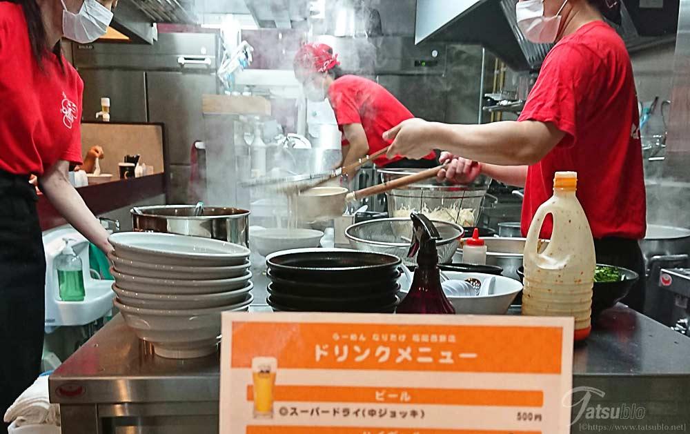 厨房もオープンで調理の様子がよく伺えます。