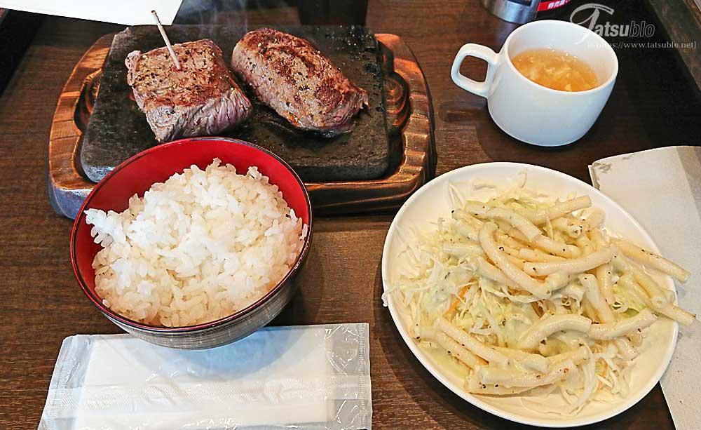ちょうど、ご飯などを取り終えた後にステーキが到着。