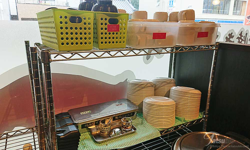 お店の中央にご飯やサラダなどを取るスペースがあります。(衛生上、蓋を閉めた状態になっています)