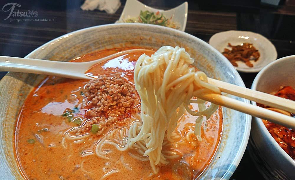 「坦々麺」の麺は細麺でピリ辛、少々酸味もありますが日本人も好きな味付けです。