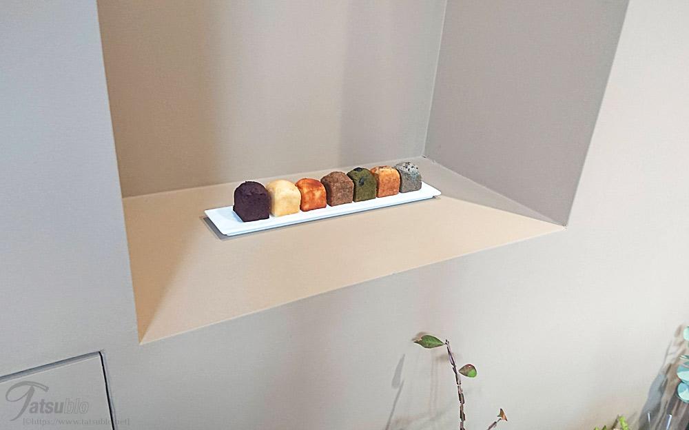 壁際にあるパウンドケーキ