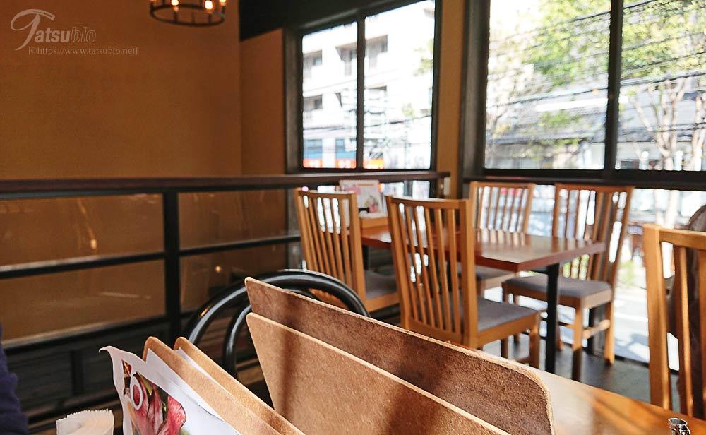 2階にはテーブル席が数席ある飲食スペースが。