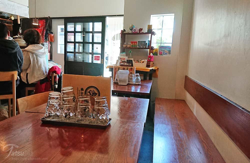 店内はカウンターが5席にテーブルが4卓ほど。