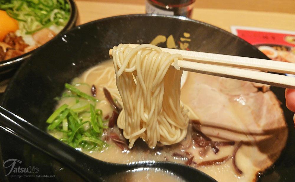 思ったよりも臭みがないので飲みやすいし、麺も普通に好きなストレートの細麺。