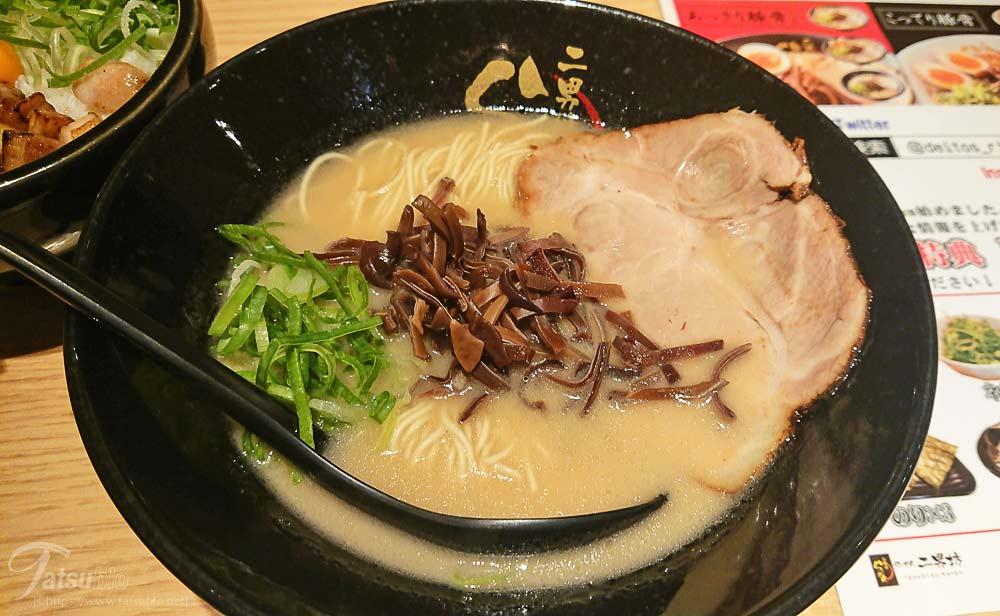 博多豚骨ラーメンは、チャーシュー、ネギ、キクラゲとシンプルなトッピングで、スープは見るからに濃厚そう。