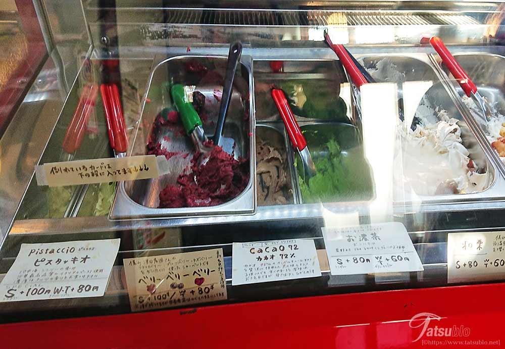 店内はこのようにアイスケースあり、中には8種類のジェラートが入ってます。