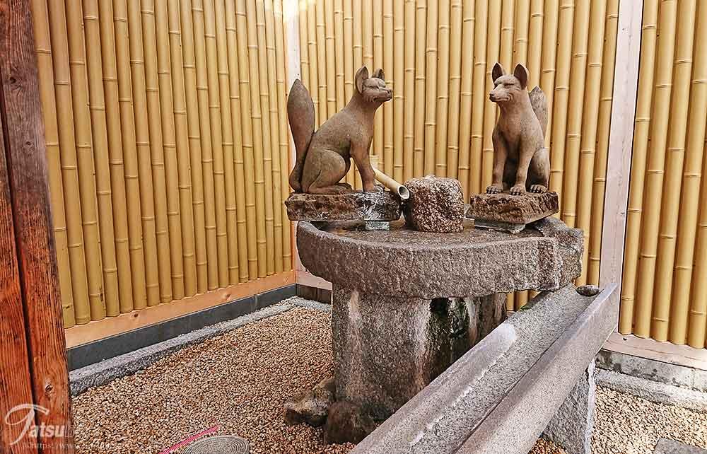 所々の足湯にお馴染みの白狐の像