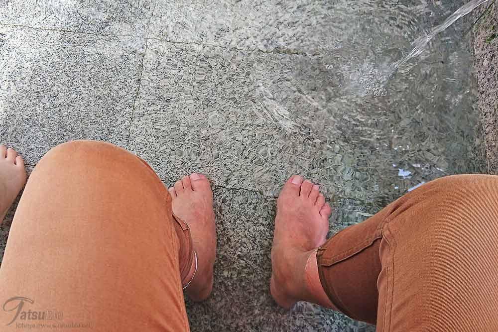 ボクらもやっと1箇所空いていた足湯に浸かることができました。