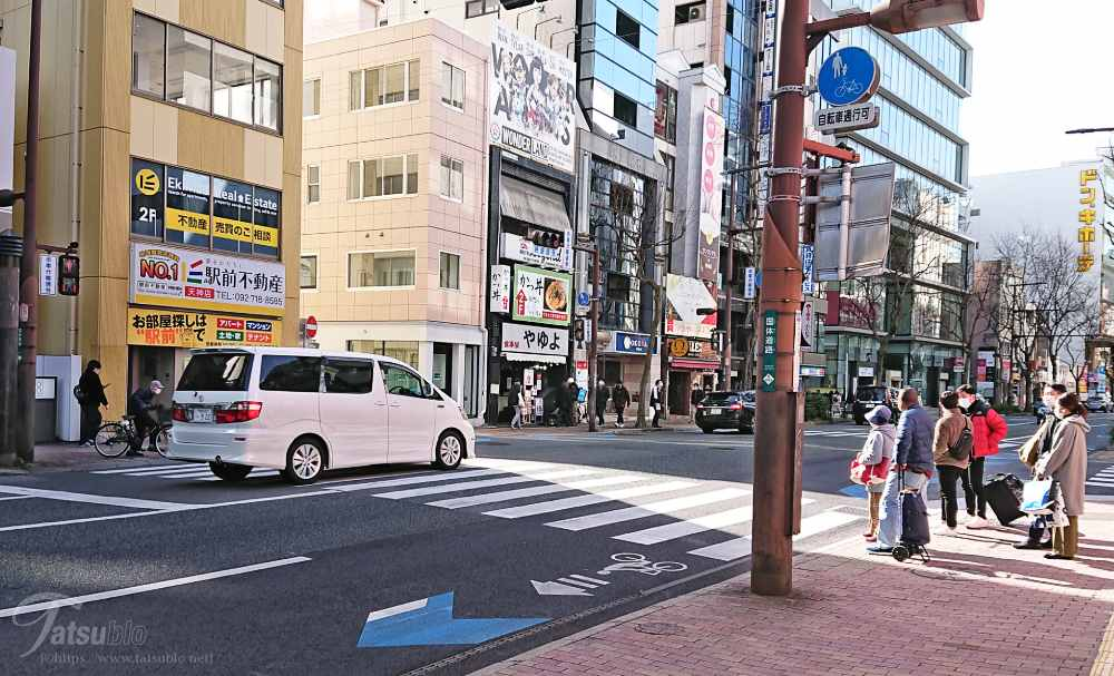 国体道路沿いを赤坂方面に向かって歩いていると、左手の1階の「やゆよ」というお店の看板がある建物の2階に「かつ丼」と書かれた看板が見えます。