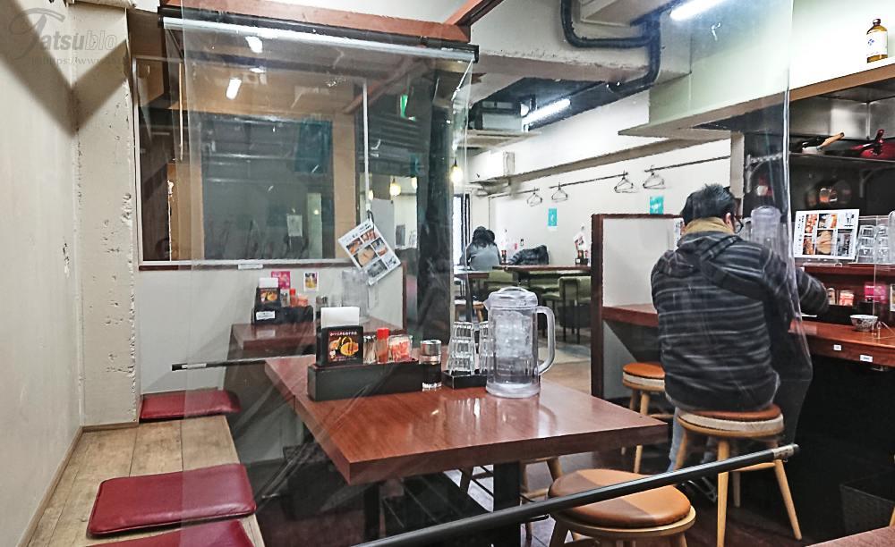 テーブルとカウンター席がありオープンしたてですが、店内はちょっと年期が入った感じ。
