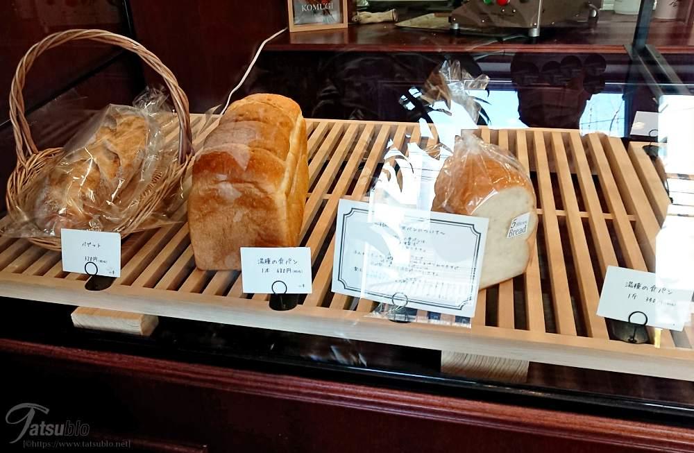 またパンはこのようにショーケースに入っています。(反射して見辛くてすみません…)