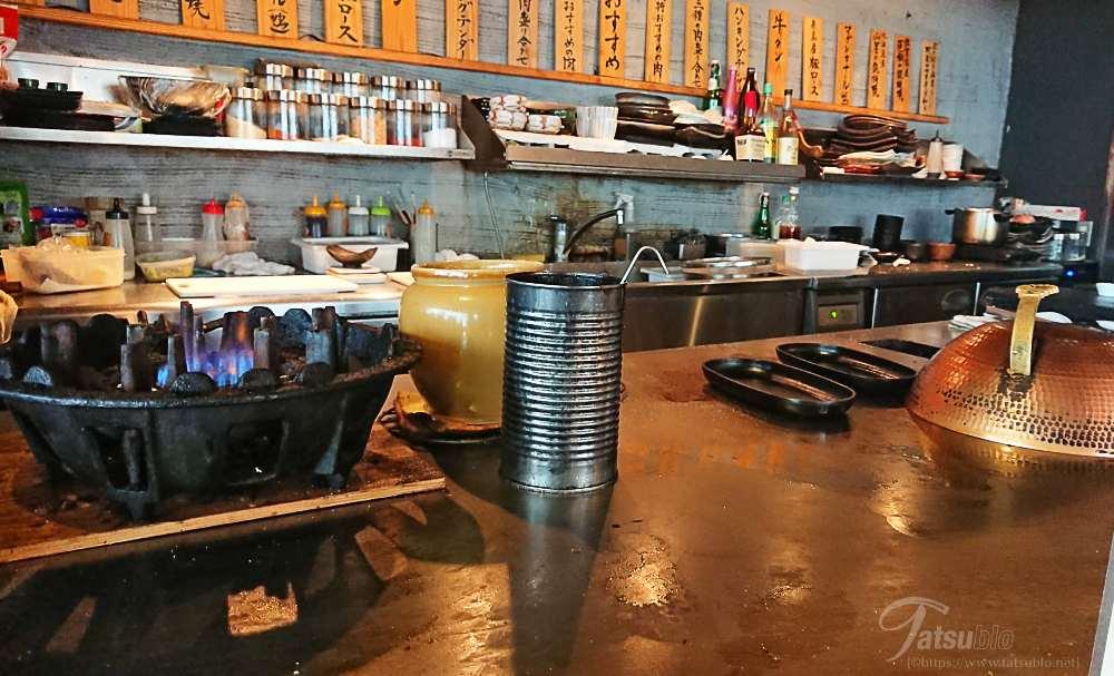 鉄板焼のお店なので、カウンターの前には鉄板も。