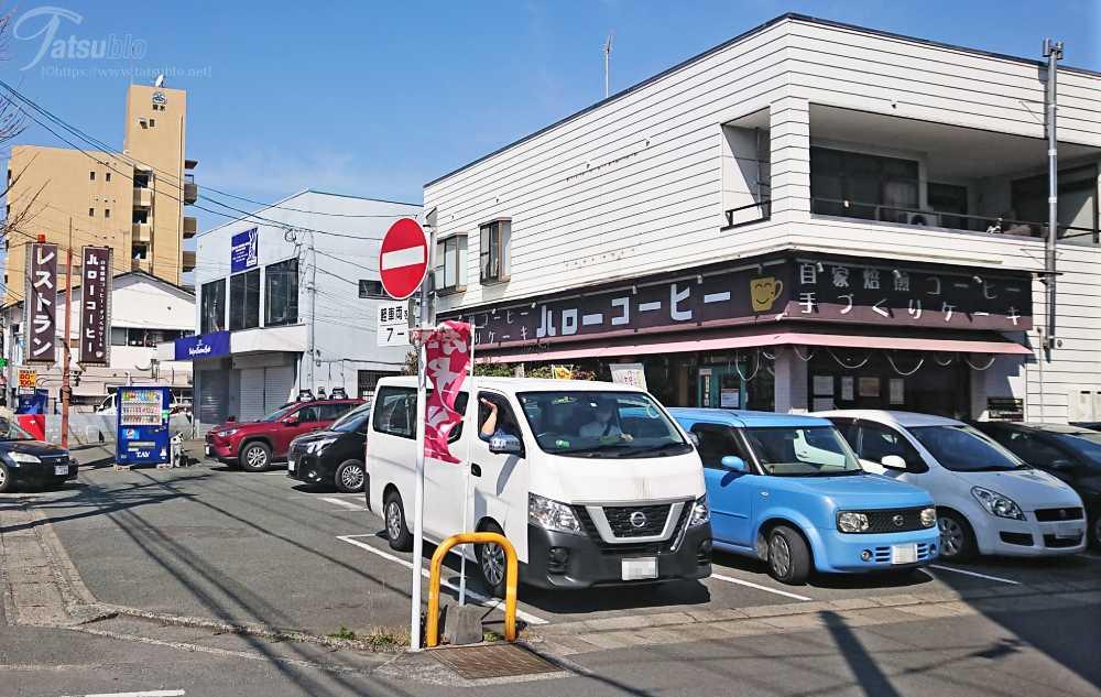 お店の側まで来ると、車がたくさん停まっていて歩道沿いには茶色の看板が立っています。