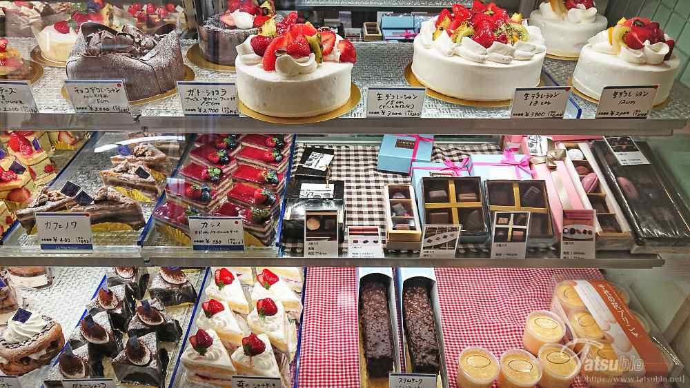 昼過ぎに訪れましたが、ショーケースには沢山のケーキ。