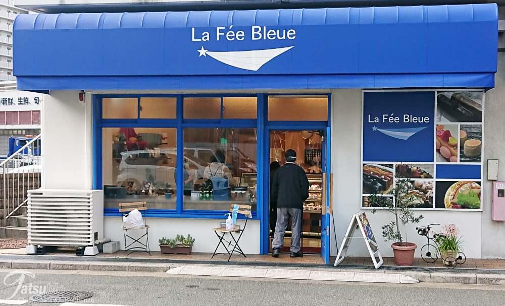 ボクはバスを利用して訪れましたが、お店のそばまで行くと爽やかな青い色のお店が見えてきます。
