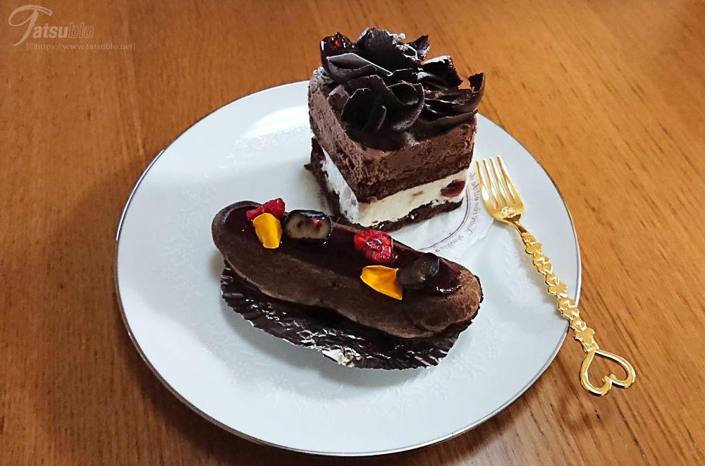 美味しそうなケーキがいっぱいある中、選んだのは「エクレールフランボワ」と「フォレノワール」