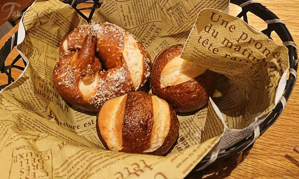 「ドイツパンの盛り合わせ(ラウゲンブロート2個・プレッツェン1個)」