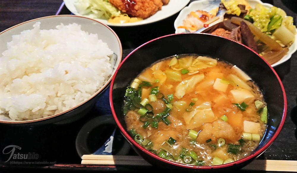 そのほかに煮物や山芋付き刺身、漬物、お味噌汁に果物、それにご飯の計7品。