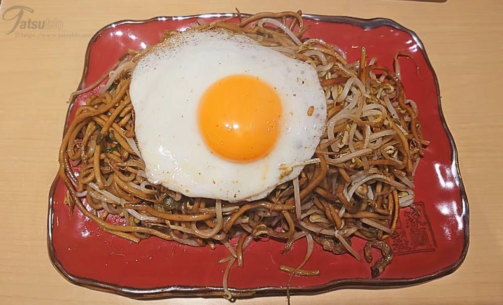 奥さんの方は、卵が目玉焼きの焼きそば。