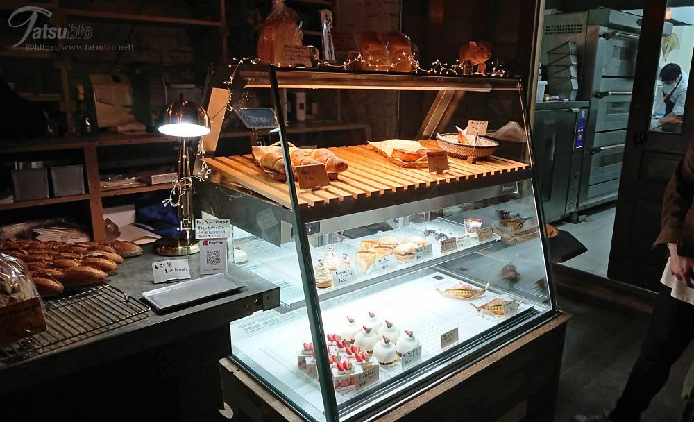 こじんまりとした暗めの店内でこちらのショーケースの中にはパンとケーキが。
