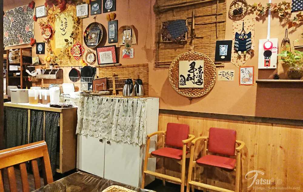 壁にはいろんな飾り物が飾ってありますね。