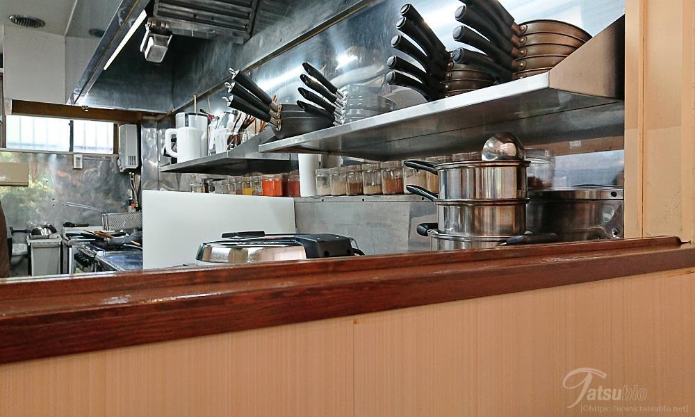 厨房内には色々なスパイスが並んでますね。