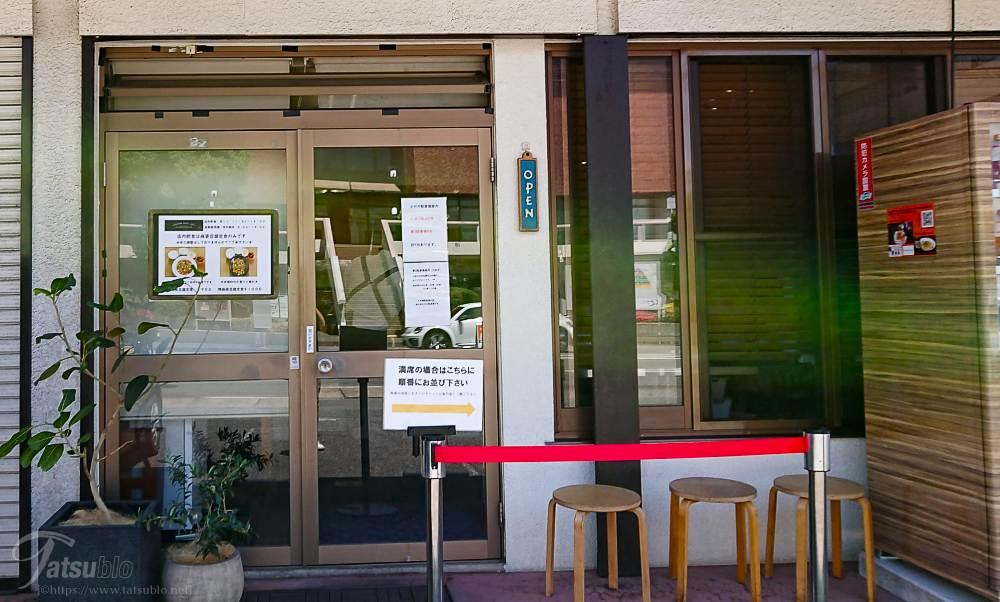 入り口には、メニューと自動販売機(こちらのお店のオリジナルの商品を販売)があります。