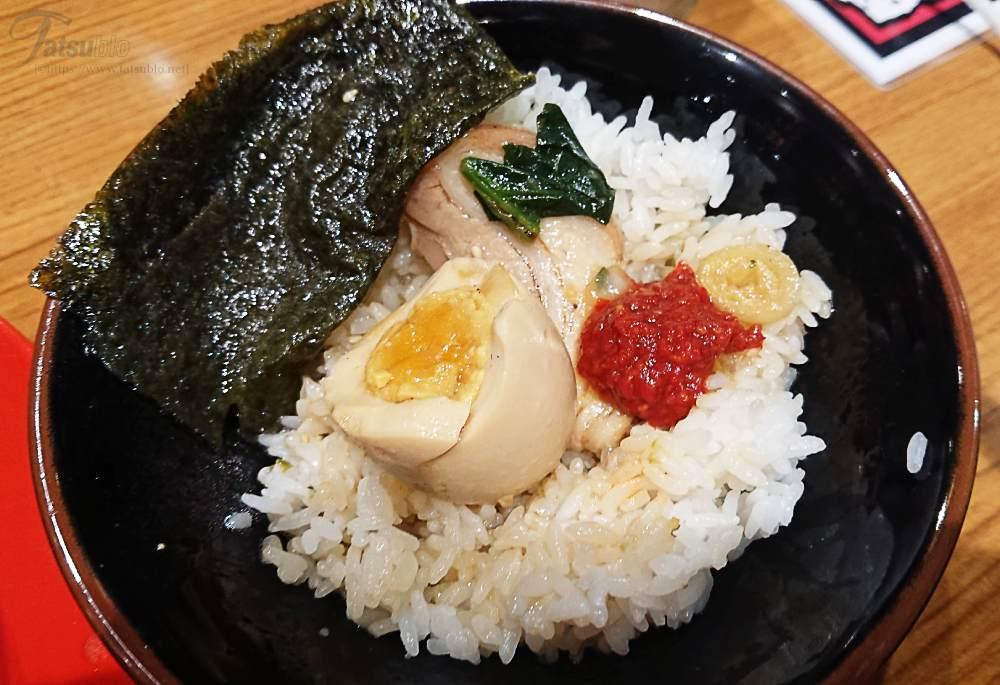 ご飯の最後は、半熟卵やスープ、豆板醤を加えて一気に完食。