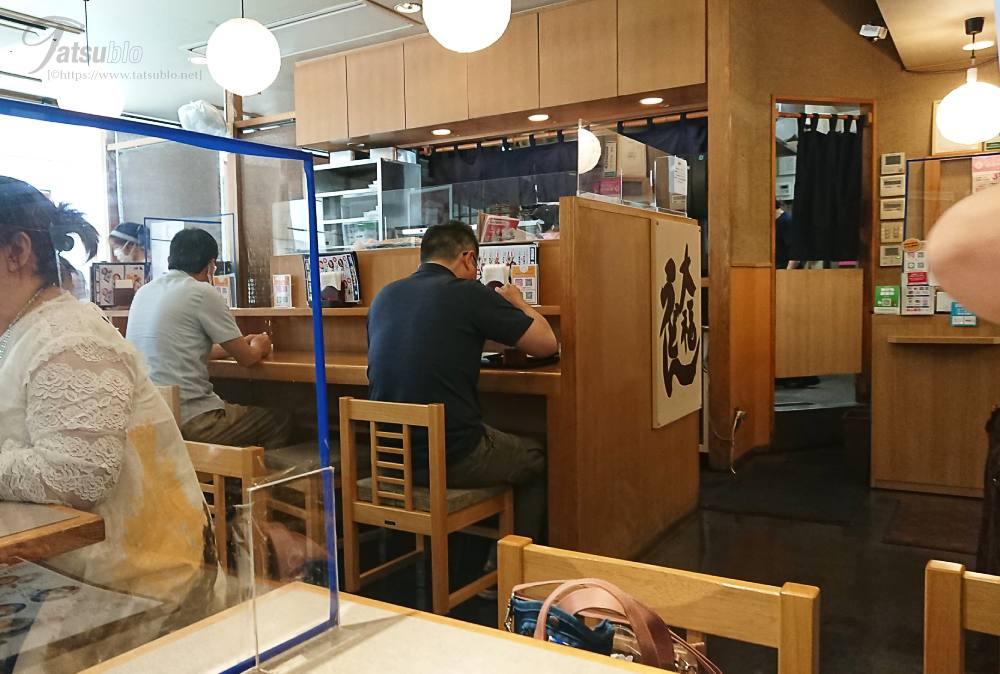 店内はテーブルに1人でも安心のカウンターがあります。