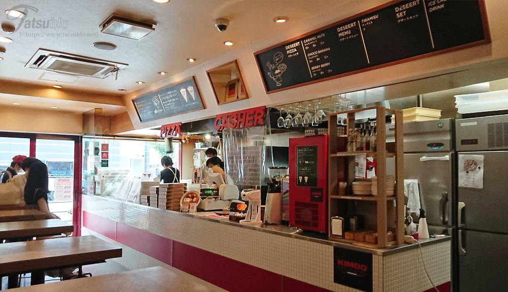 お店の中はカフェみたいな造りの店内で、先にカウンターで注文と会計を済ませて待つシステムになっています。