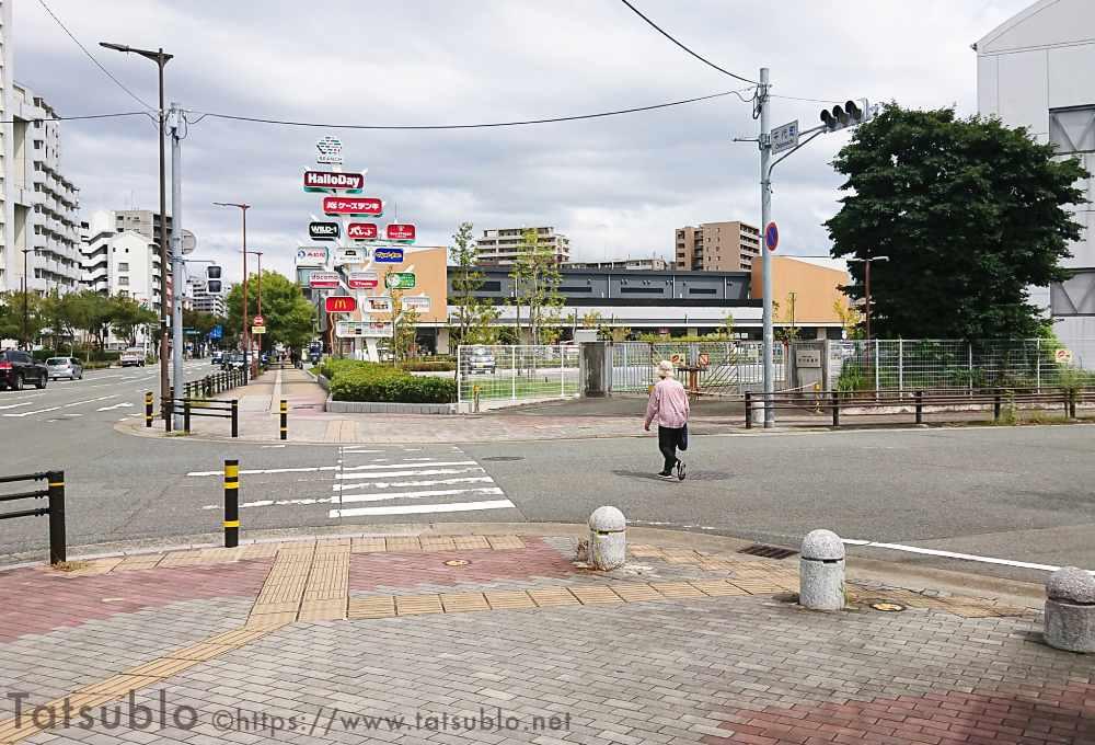西鉄バスのバス停「千代町」から目指していくと、右手の方に施設に入っているお店の看板が複数見えてきます。