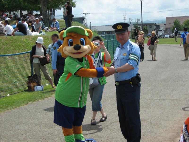 「許してあげて~」の声で無罪放免wお巡りさんと握手。