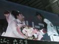 稲葉選手から花束贈呈。