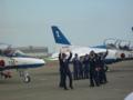 歓声に応えるブルーインパルスのパイロット。