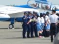 花束を受け取るパイロット。